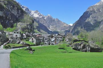 traditionelles Dorf in Granitbauweise im Bavonatal im Tessin