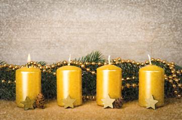 goldene adventskerzen mit schnee
