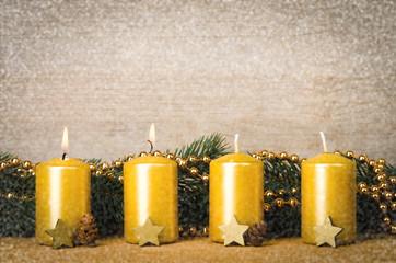 2 goldene adventskerzen mit schnee