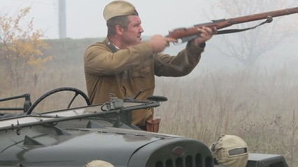 soldier fires - солдат