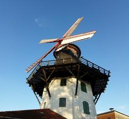 Windmühle unter blauem Himmel