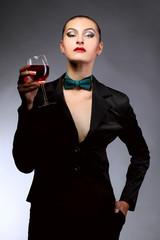 Красивая брюнетка с бокалом красного вина