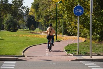 ciclista circulando por la ciudad