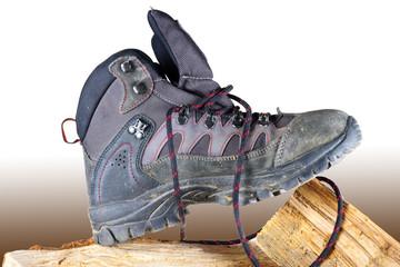 Scarponcino da trekking su pezzi di legno, scarponi montagna