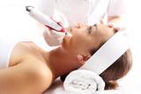 Kosmetyczka wykonuje zabieg mezoterapii igłowej - 72774809