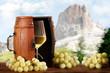 Vino Bianco con sfondo di montagna