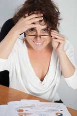 Femme, lunettes et reporting