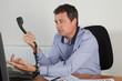 Homme au bureau au téléphone