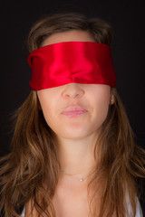 femme avec un bandeau sur les yeux