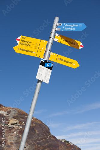 canvas print picture Wanderwegweiser auf dem Matterhorn glacier trail, ob Zermatt