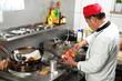 Asia Koch in Küche beim Würzen vor Wock