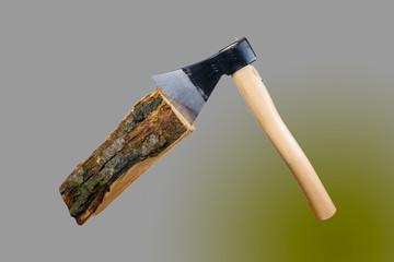 Accetta su ciocco di legna, tagliare la legna