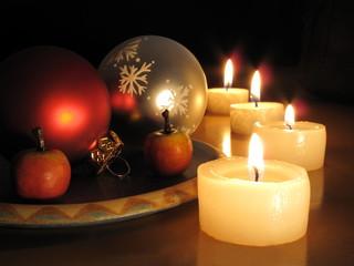 Vier Kerzen und Weihnachtskugeln