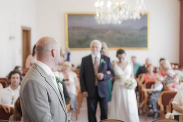 Brautvater übergibt Braut Bräutigam
