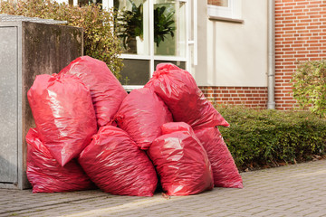 Ein Haufen gefüllte rote Müllsäcke aus Kunststoff