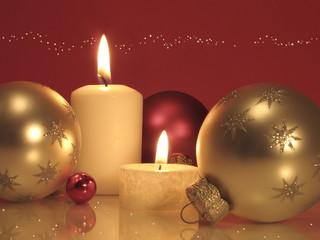 Kerzen und Weihnachtskugeln