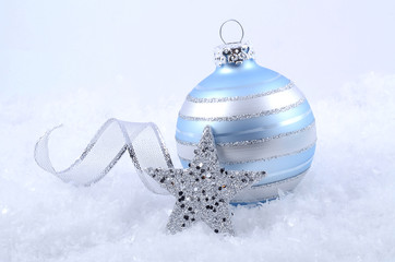 Christbaumkugel mit Stern und Geschenkband