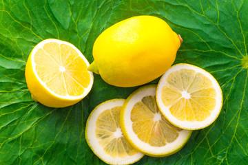 Zitrone und Zitronenscheiben