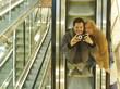 Pärchen macht Selfie im Spiegel