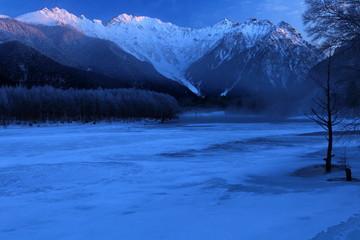 冬の上高地 穂高連峰と大正池