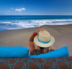 détente sur plage de sable noir, île de la Réunion