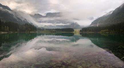 panorama górskiego jeziora w Alpach