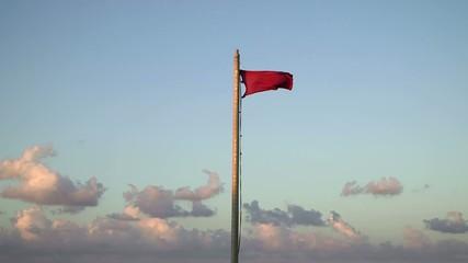 Bandiera rossa al vento di tramontana