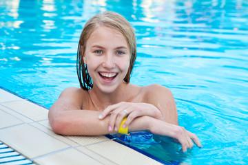 Счастливая девушка в бассейне на пляже