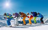 Gruppe Skifahrer in Abfahrtshocke - 72809056