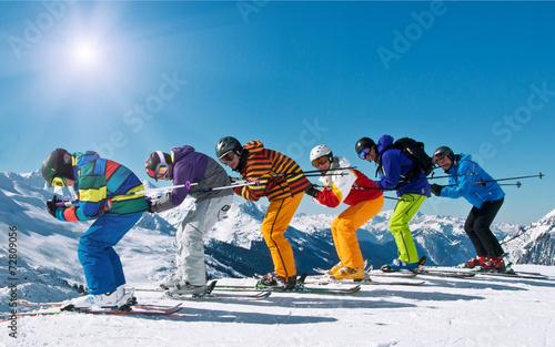Leinwanddruck Bild Gruppe Skifahrer in Abfahrtshocke