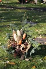Herbstliches Gesteck auf Gräberfeld