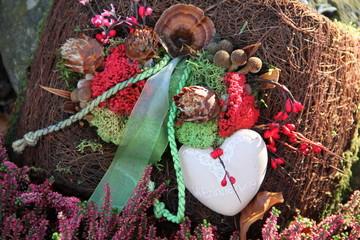 Kissen auf Grab mit Herz
