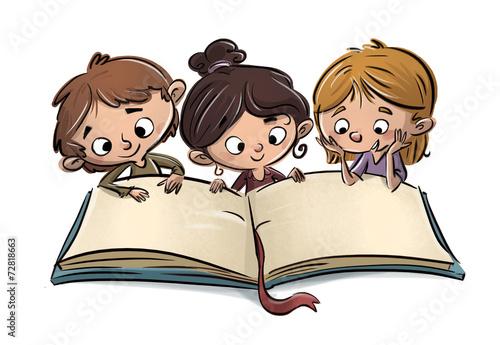 niños leyendo un libro - 72818663
