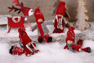 vier kinder im schnee