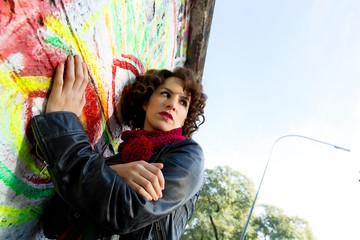 Junge Frau vor Graffitiwand