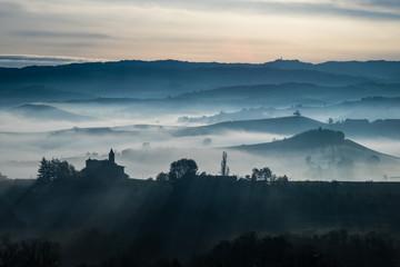 Nebbia mattutina tra le colline delel langhe