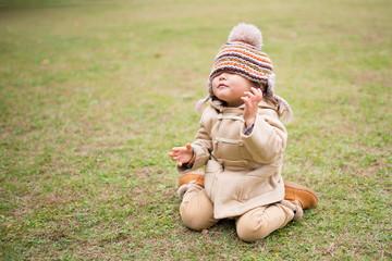 帽子で目隠しする少女