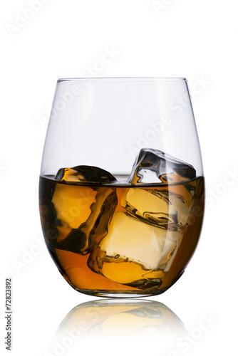 whisky-w-szkle-z-kostkami-lodu
