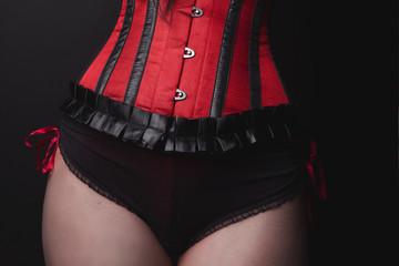 Jeune femme lingerie rouge dentelle
