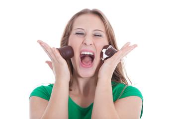 Junge Frau schreit und haut sich Schokoküsse ins Gesicht