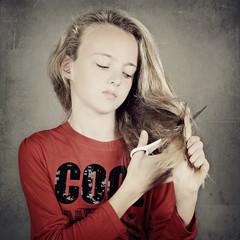 jeune fille se coupant les cheveux