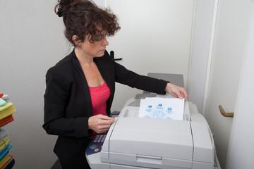 Femme au bureau et copieur