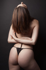 Belle jeune femme lingerie noire