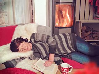 Frau schläft vor Ofen-cosiness 06