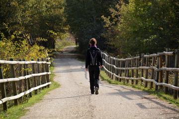 mujer caminando por el monte