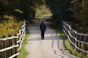 mujer joven caminando por el monte