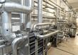 Rohrleitungen in einer modernen Industrieanlage