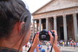 młoda turystka robi zdjęcie przed Panteonem w Rzymie