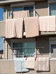 布団を干した住宅