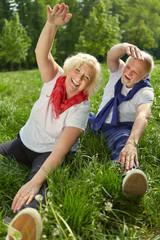 Zwei Senioren machen Gymnastik in der Natur